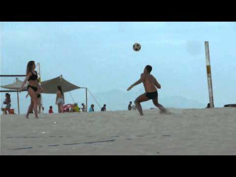 Mujer Carioca jugando al futbol en la playa.