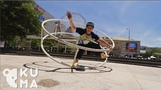 بالفيديو.. سلاسة مهرج في استخدم العجلة الدوارة