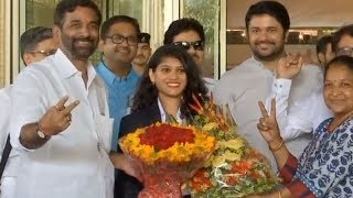 CWG medalists Madhurika Patkar, Sanil Shetty receive grand welcome at Mumbai airport - TIMESOFINDIACHANNEL