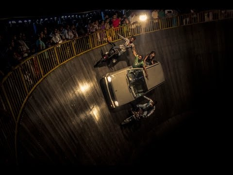 Bikes and cars stunt in Well of death - maut ka kuwa at Mahim dargah mela fair December 2013 Part 2