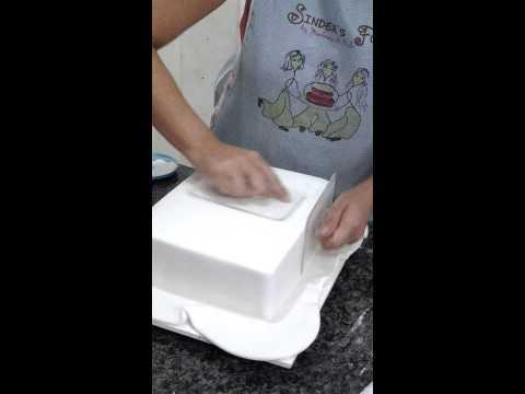 Como cobrir bolo com pasta americana em bolo quadrado com Isabela Sinder