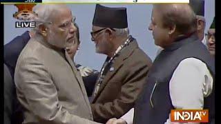 Aaj Ki Baat Nov 27, 2014: Modi, Sharif shake hands, meet at Saarc retreat - INDIATV