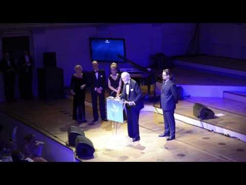 Christopher Lee spricht deutsch bei Cinema for peace 2014