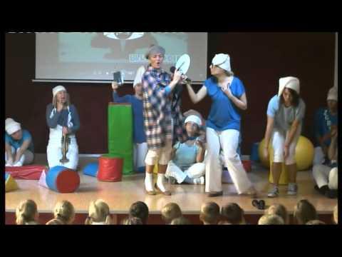 """""""Smerfy"""" - nauczyciele SP74 dzieciom"""