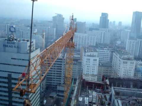 Praca żurawia wieżowego w Warszawie