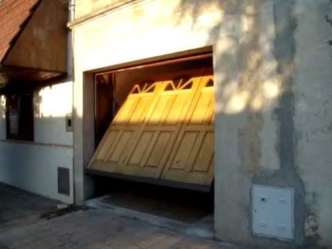 Porton Levadizo de Madera con puerta de escape.