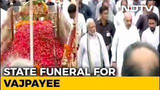 PM Modi Walks Alongside, Thousands Gather For Vajpayee's Final Journey - NDTV