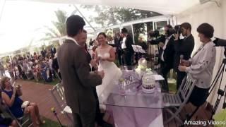 عريس يقدم خاتم الزواج لحبيبته بالطائرة