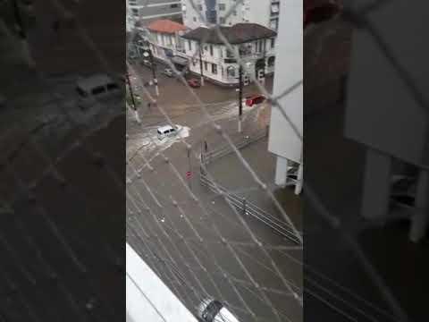 Ruas de Santos completamente alagadas depois do grande temporal de sábado.