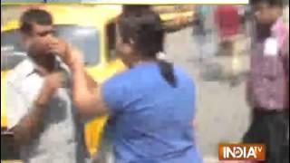 Woman thrashes a man outside Howrah Railway Station for misbehaving - INDIATV