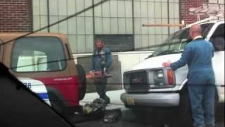 「こんなものがあるから争いになるんだ!」チェーンソーでパーキングメーターをつぶす男性