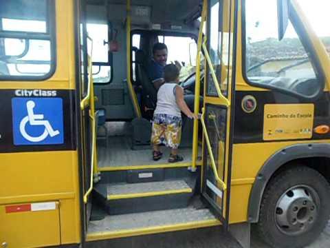 um menino de 2 anos pegando onibus escolar