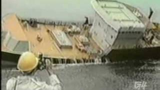 完成した船の初出航。関係者の拍手の中、大きく傾く動画