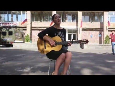 Գայանե Ավդալյանը երգում է Կենտրոնական զինվորական հոսպիտալի բակում