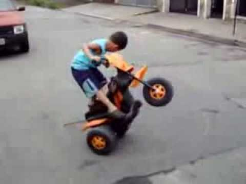 Menino empinando sua moto elétrica