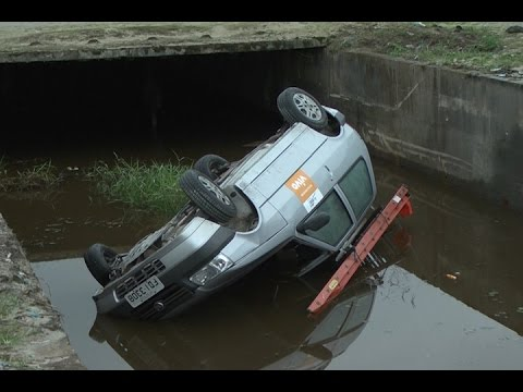 TV Costa Norte - Carro cai no canal da Avenida Anchieta em Bertioga