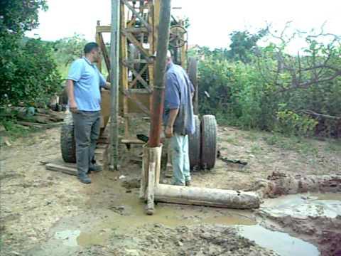 Pefuração de poço artesiano com perfuratriz percussora