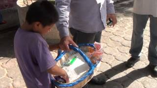 Humilla a niño vendedor: lo obliga a tirar su mercancía