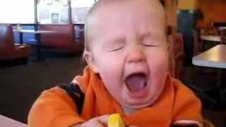 レモンを渡された赤ちゃんがガブっと食べる。リアクションナイスw