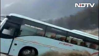 पहाड़ी राज्यों में बारिश से तबाही, मनाली में बह गई बस - NDTVINDIA