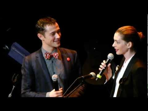 Anne Hathaway Joseph Gordon Levitt sing together LIVE HD