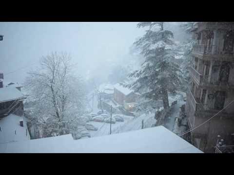 <p><strong>शिमला :</strong>हिमाचल में भारी बर्फबारी से जनजीवन अस्त-व्यस्त हो गया है। शिमला, मनाली और मैकलोडगंज सहित बर्फबारी ने राह रोक दी है। शिमला में आज शाम तक एक फीट बर्फ पड़ चुकी है और जाखू में डेढ़ फीट से ज्यादा हिमपात हुआ है। पर्यटन नगरी मनाली में एक फीट रोहतांग दर्रे पर ढाई फीट से ज्यादा बर्फ गिर चुकी है। मैकलोडगंज में आधा फीट से ज्यादा बर्फबारी हुई है। कुफरी में एक फीट से ज्यादा बर्फबारी हो चुकी है। टुटू से बालूगंज सड़क के बीच कई जगह दर्जनों वाहन फंस गए हैं। उधर, सोलन में कई वर्ष बाद बर्फबारी हुई है।</p>