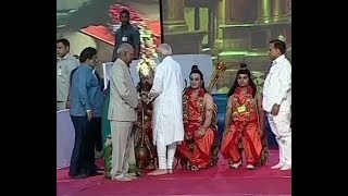 President and PM Narendra Modi take part in Dusshera celebrations at Delhi's Lal Qila maidan - ITVNEWSINDIA