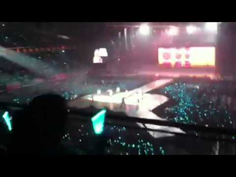 SHINee the 1st concert in singapore-key and taemin performi