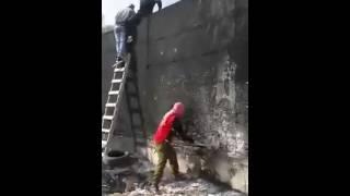 بالفيديو.. شبان يهدمون جزءاً من جدار الفصل بالقدس - مصر العربية