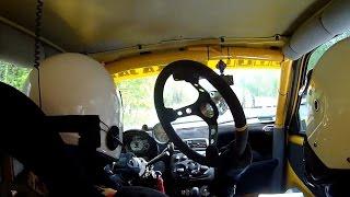 بالفيديو| سائق يخوض سباق سيارات دون عجلة قيادة