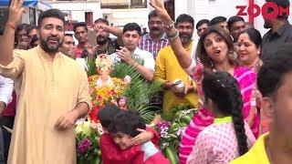 Shilpa Shetty DANCES With Husband Raj Kundra At Ganpati Visarjan Celebration - ZOOMDEKHO