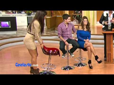 Laura G Descuido En Mini Falda Ensenando Calzones Rosas Video