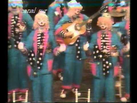 La agrupación Sonrisillas llega al COAC 1990 en la modalidad de Comparsas. En años anteriores (1989) concursaron en el Teatro Falla como Con uñas y dientes, consiguiendo una clasificación en el concurso de Semifinales.