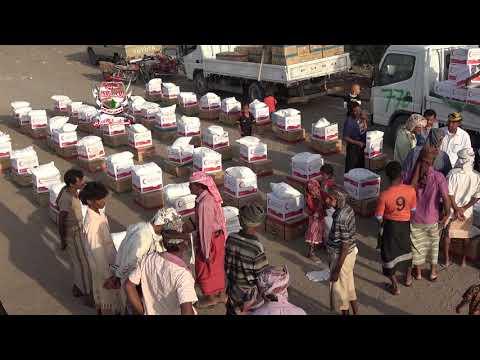 هيئة الهلال الأحمر الإماراتي توزع السلال الغذائية للمواطنين في قرية الريحان بالدريهمي