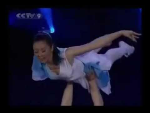 Homem sem perna e mulher sem braço dançando balé. Vídeo de superação, assista!