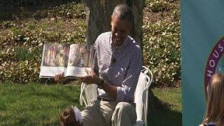 بالفيديو والصور.. أوباما يتعرض للسعات النحل