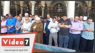 بالفيديو.. شاهد صلاة جنازة على الفنان «خليل مرسى» بمسجد عمرو بن العاص