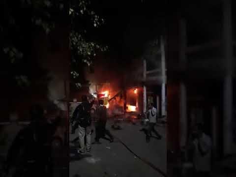 <p>नई दिल्ली, 15 नवंबर। देश की राजधानी दिल्ली के केशवपुरम थाना इलाके में दीपावली की देररात दीये से लगी आग से एक रेस्टोरेंट जलकर राख हो गया। आग से लाखों रुपये के नुकसान का अनुमान है। आग की चपेट में वहां खड़ी एक कार भी पूरी तरह से जल गई। गनीमत रही की आग से किसी की जान को कोई नुकसान नहीं हुआ। (Video source: soical media)</p>