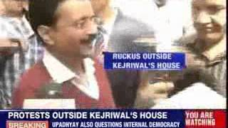 Ruckus outside Kejriwal's house - NEWSXLIVE