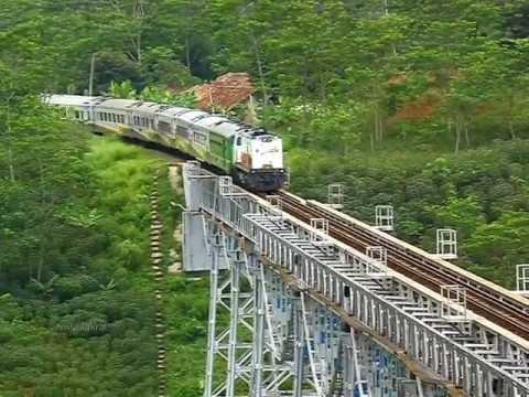 Kereta Argo Parahyangan di Jembatan Cikubang