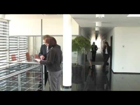 W fimie zaprezentowana jest firma Dako oraz proces produkcji okien