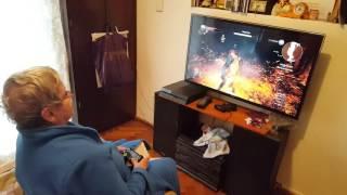 Tiene 80 años y la rompe en la Playstation 4