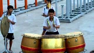 jago nih orang, maininnya pake tiga drum barongsai