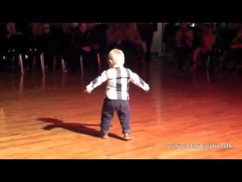 Skvělý dvouletý tanečník :-D