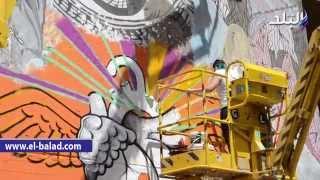 بالفيديو والصور.. طلاب الامريكية يرسمون «جرافيتى» على سور الجامعة بـ«محمد محمود»