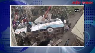 video : रेलिंग तोड़ ओवरब्रिज से नाले में बस गिरने से दो की मौत, 24 से ज्यादा घायल
