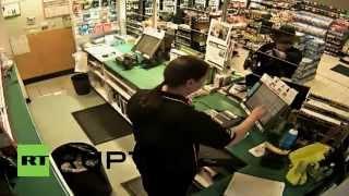 رجل يستعرض مواهبه في التنكر خلال عملية سرقة (فيديو)