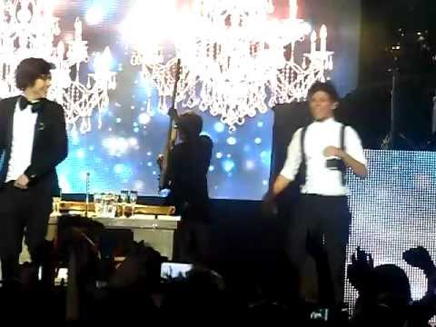 I want (Harry sings to Louis) - One Direction Manchester 23/12/2011