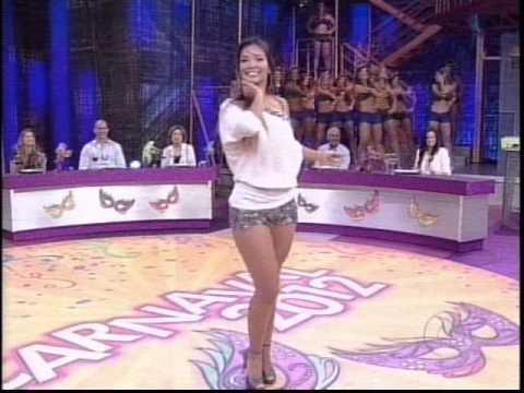 Carol Nakamura e Bruna dançam no palco do Domingão - 19.02.2012.wmv