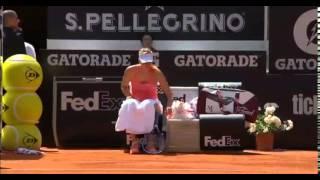 بالفيديو..  مظلة شارابوفا تتسبب في سقوط «جامع الكرات» بطريقة كوميدية